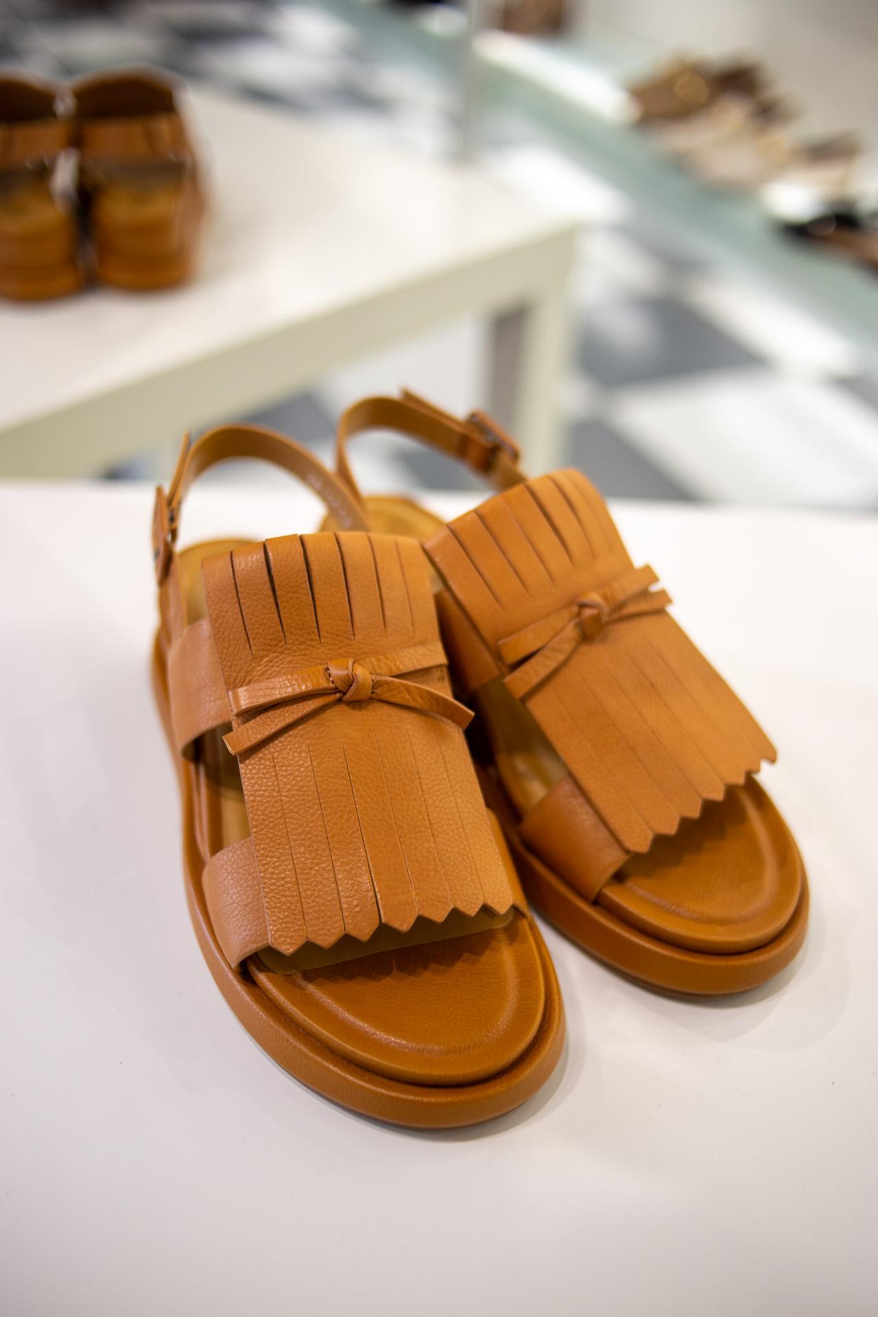 Sandali color caramello con nappe
