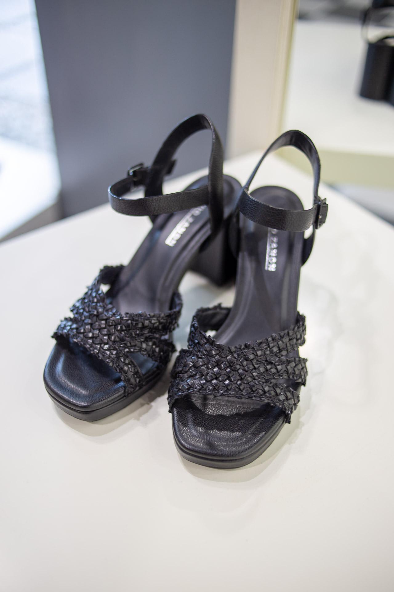 Sandali neri intrecciati