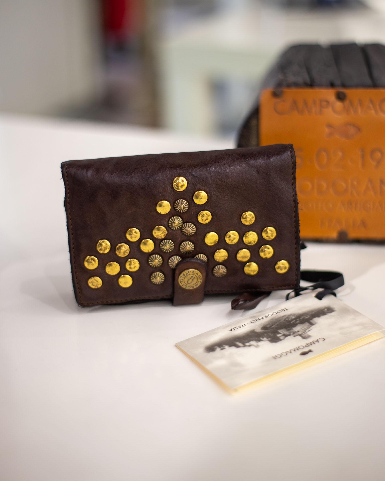 Portafoglio con borchie